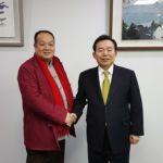 中国影片《焦裕禄在洛矿》导演陈俊余访问韩国受到韩国最高委员李仁济接见